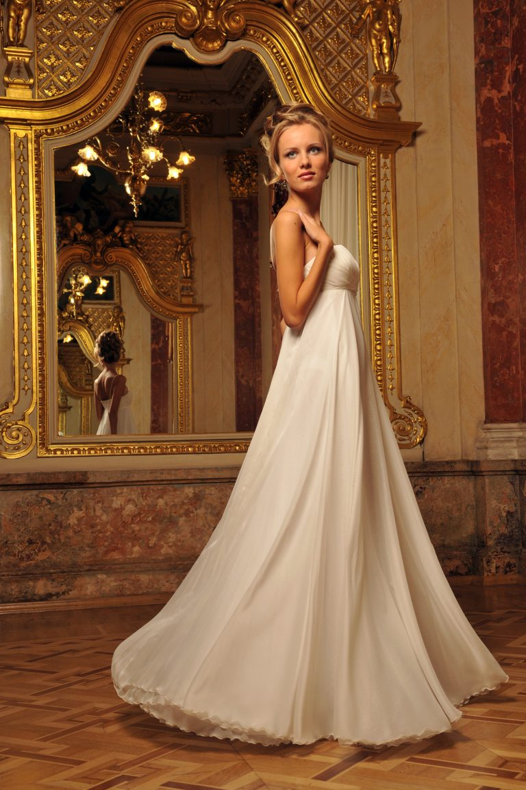 Robe de mari e fluide silhouette a ligne oksana mukha paris for Robes de mariage empire uk