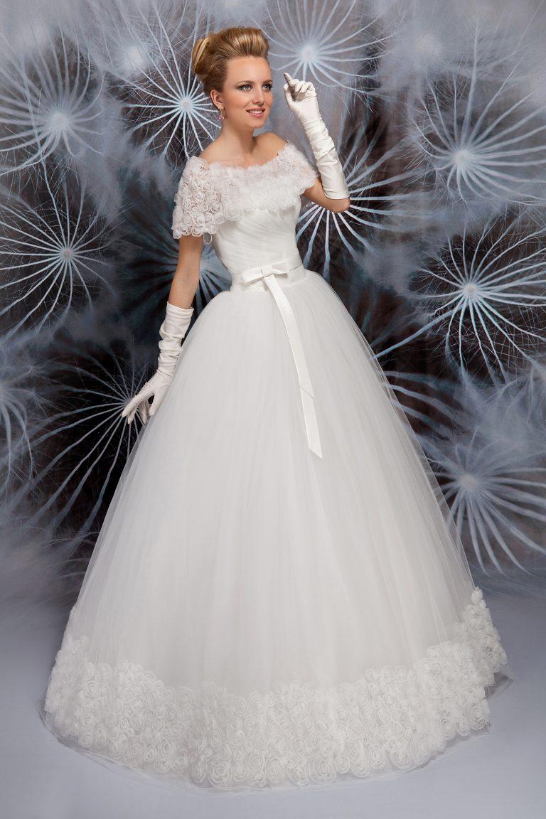 Robe de mariée ornée de fleurs