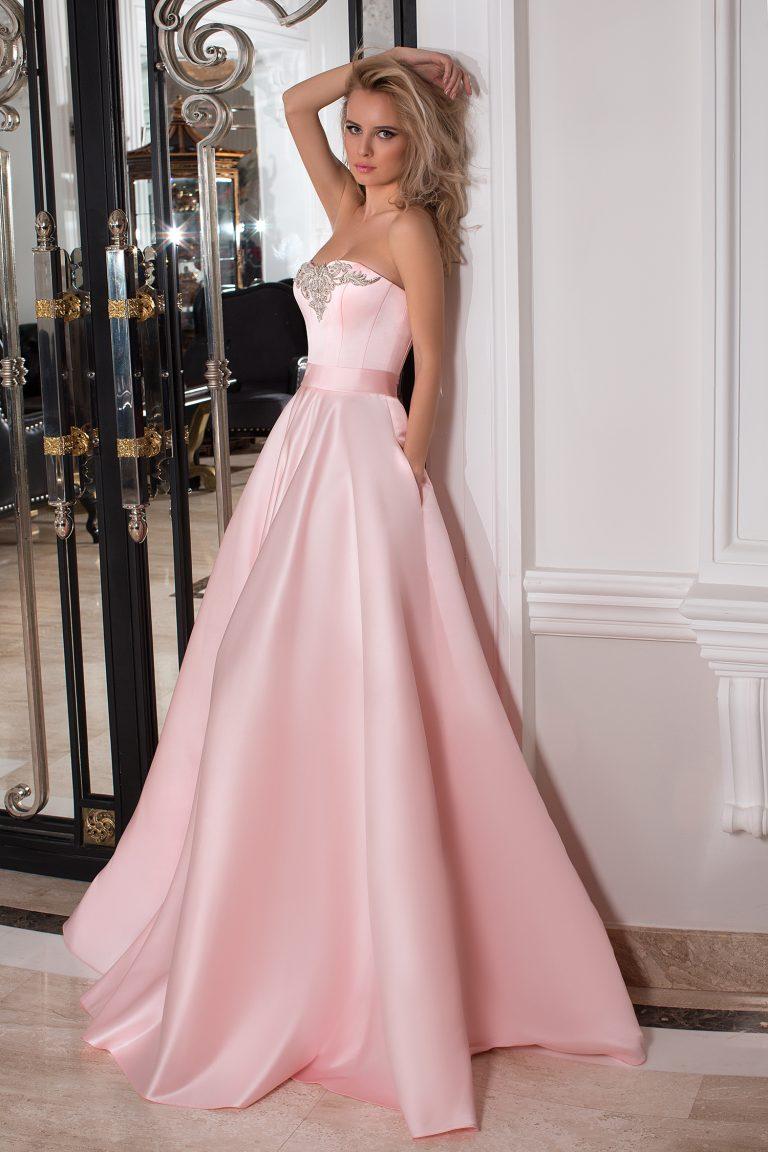 Robe de soirée rose ornée de cristaux