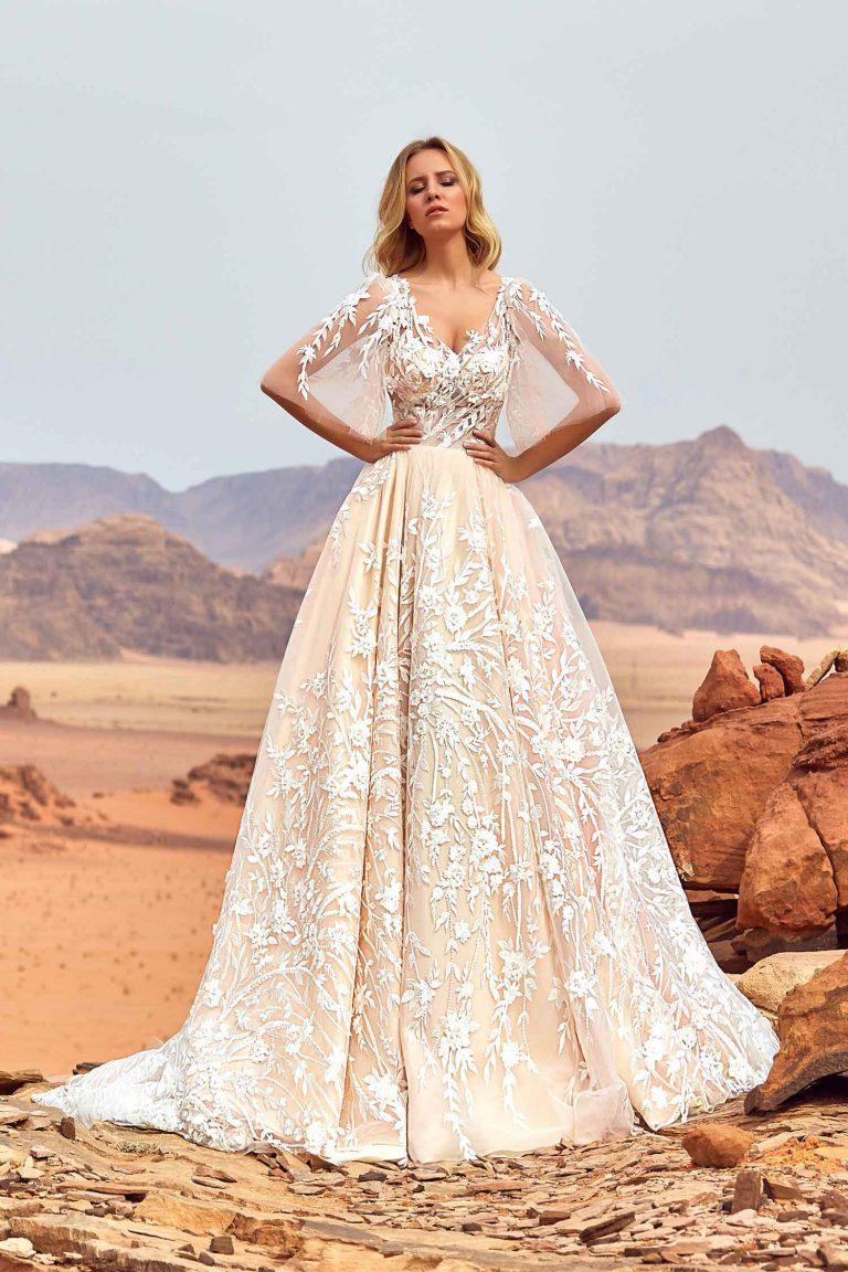 Robe de mariée en dentelle avec motifs fleuris