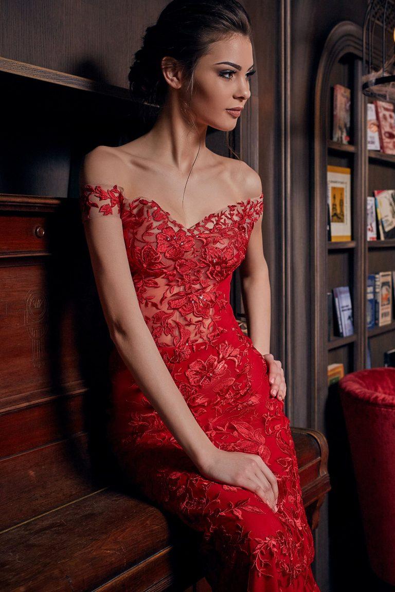 robe de soir e longue rouge de forme sir ne en dentelle. Black Bedroom Furniture Sets. Home Design Ideas