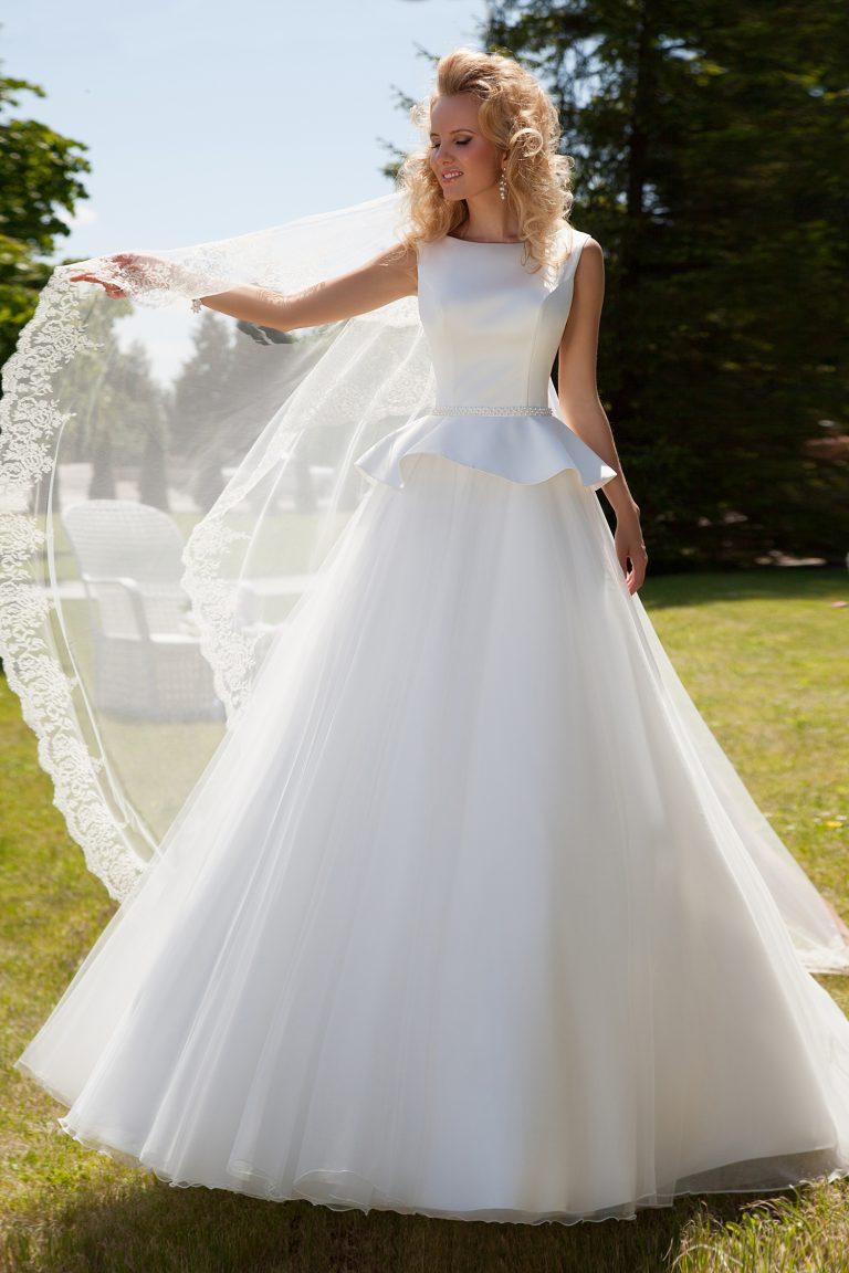 Robe de mariée en tulle avec basque
