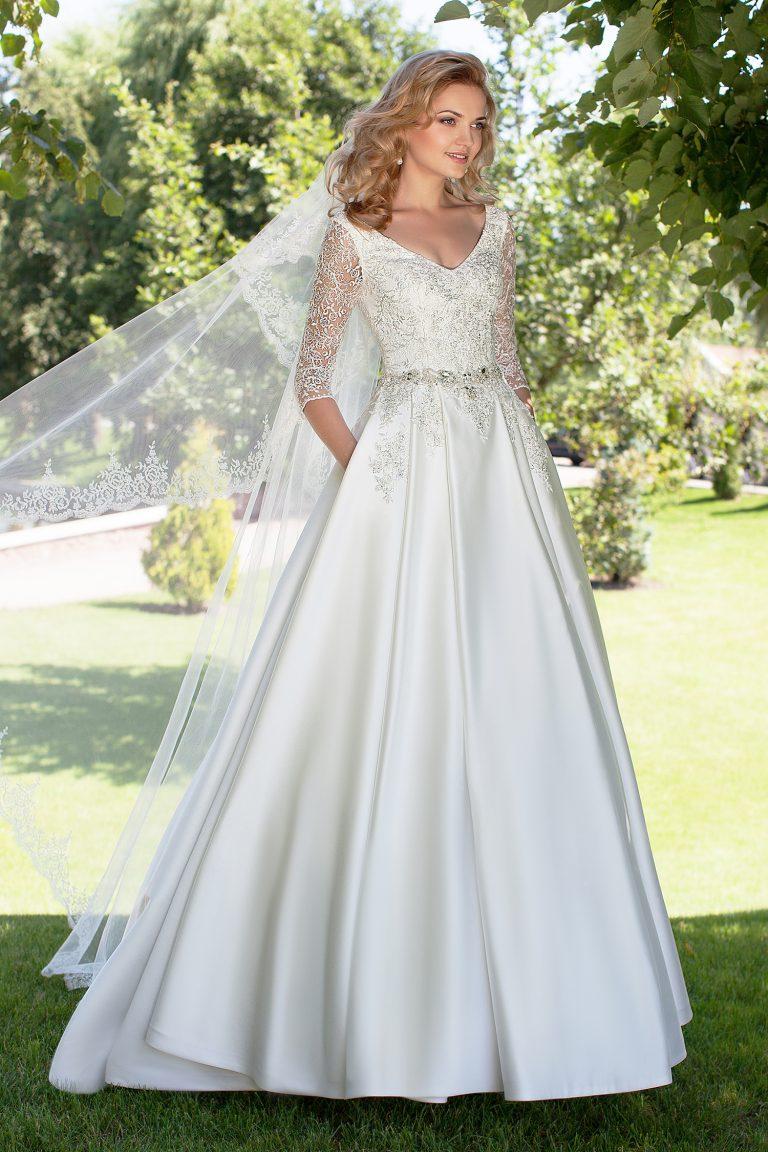 Robe de mariée avec dentelle argentée