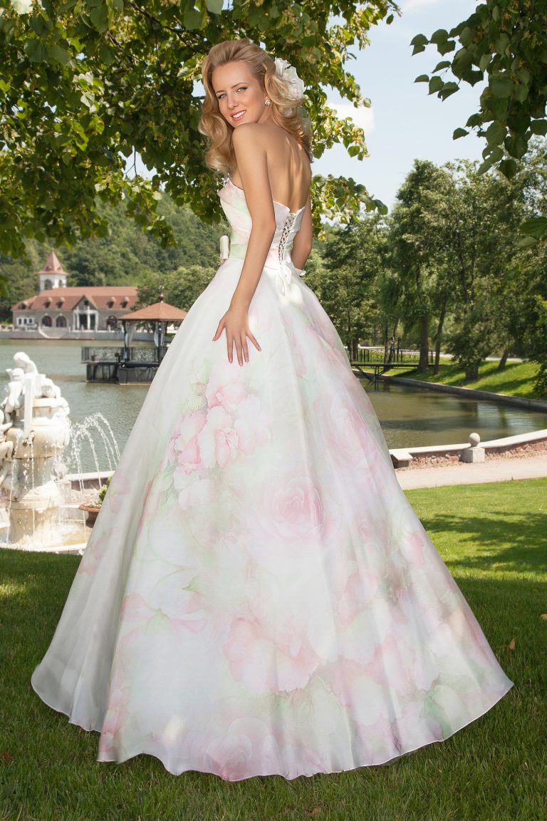 Robe de mariage avec des fleurs en organza