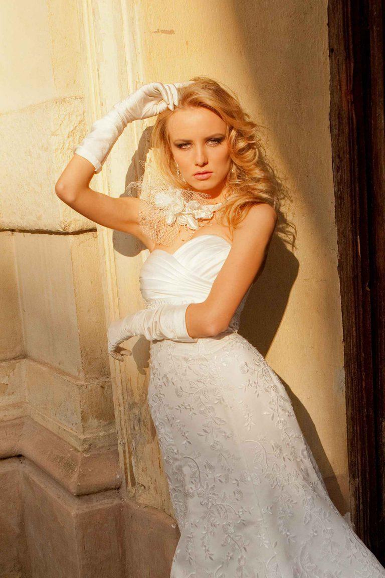 Robe de mariée fourreau bustier drapé de satin