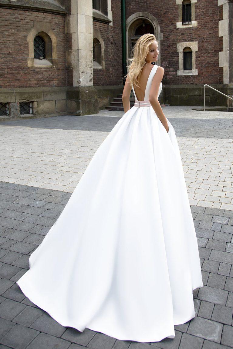 Robe de mariée en satin avec ceinture
