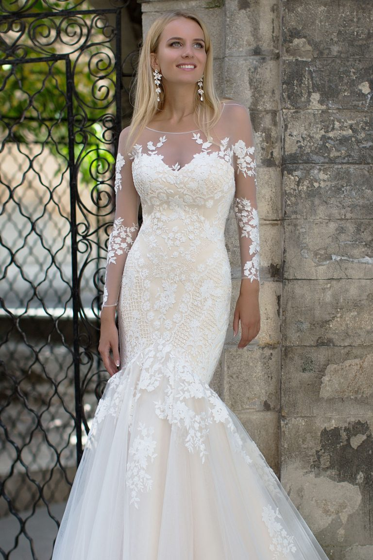 Robe de mariée fourreau semi-transparente