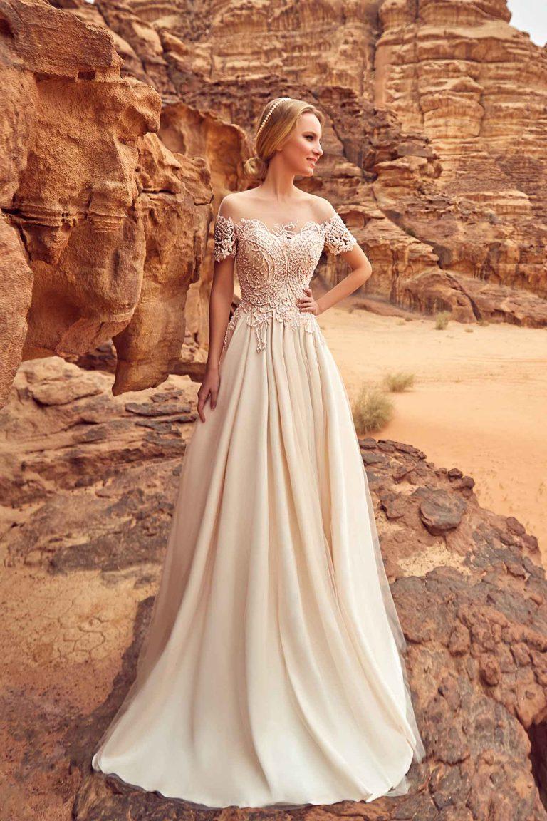 Robe mariée élégante en dentelle avec des perles roses