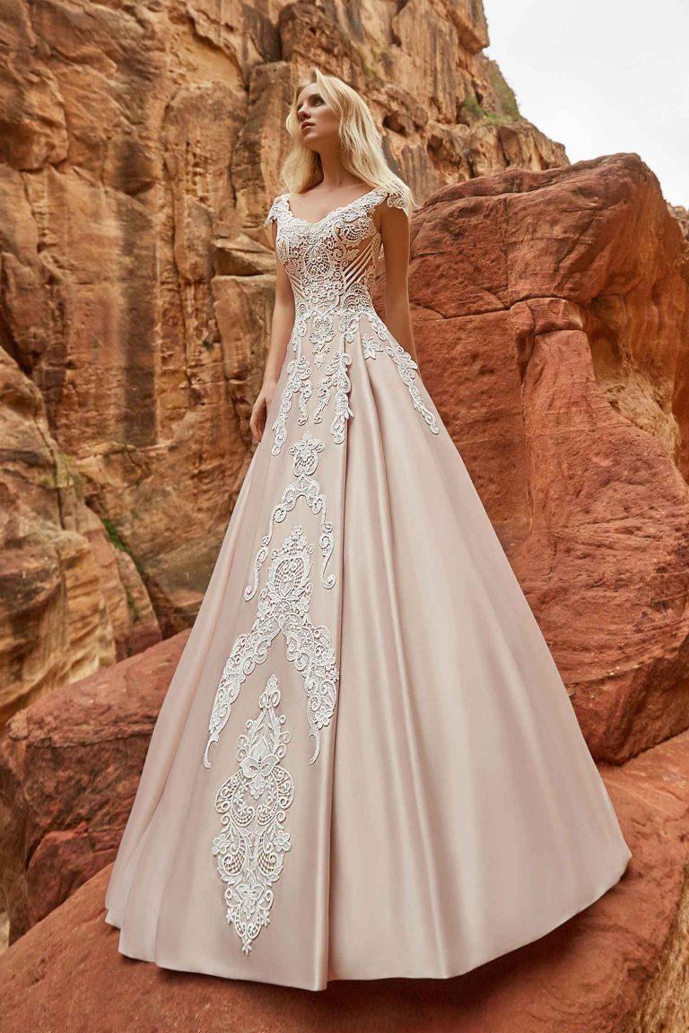 Robe de mariée rose poudré en dentelle et en satin