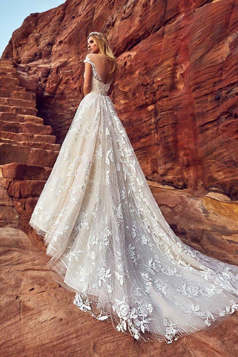 Robe de mariée avec croisillon sur le décolleté