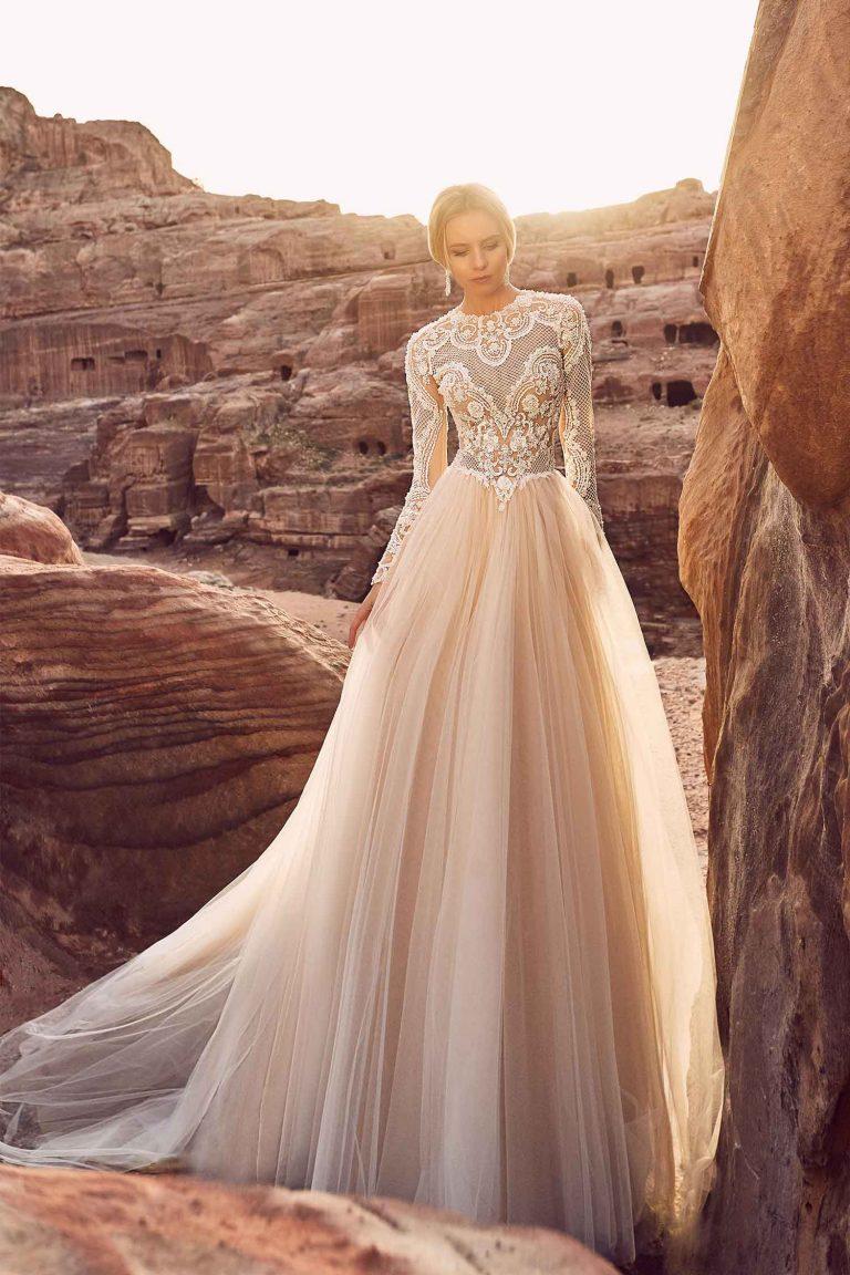 Robe de mariée avec col haut brodé