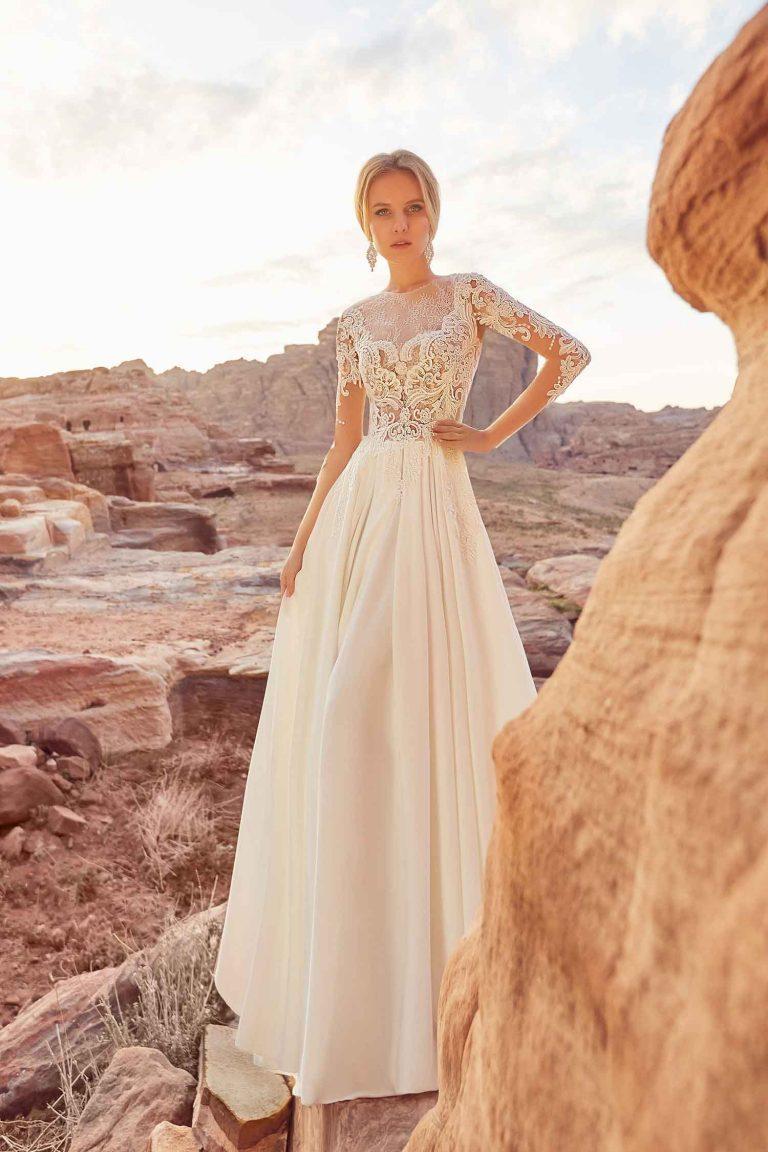 Robe de mariée fluide en dentelle à manches longues