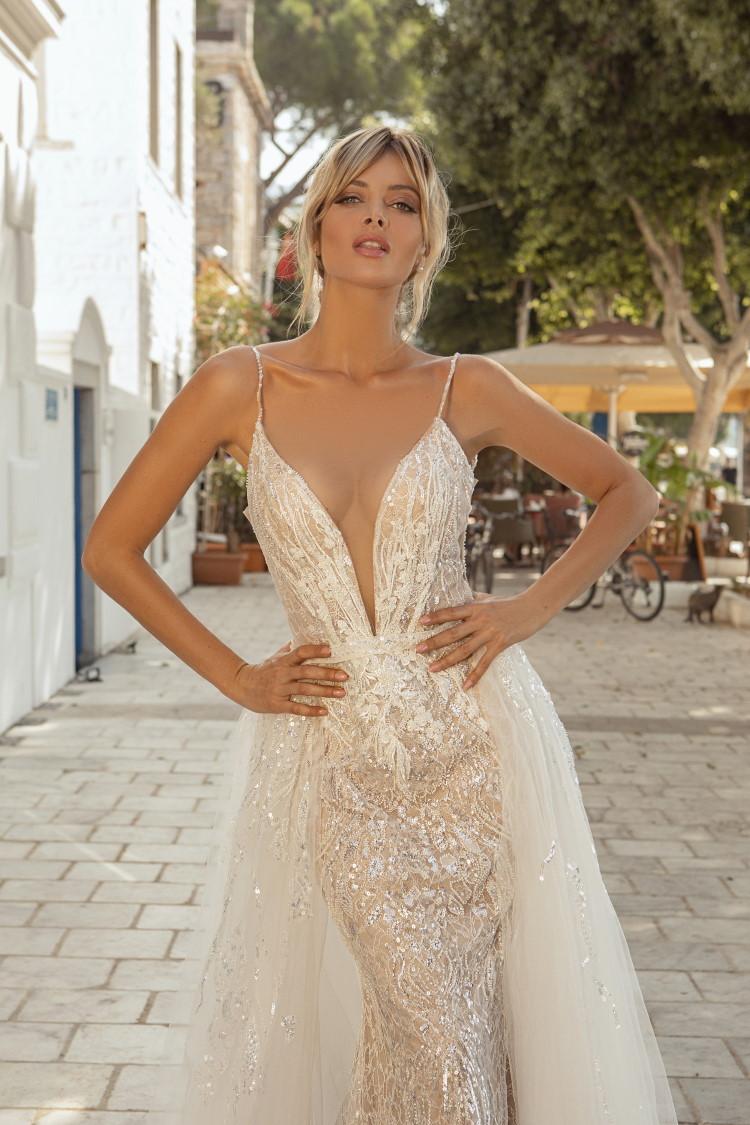 robe de mariee tres decolletee forme fourreau